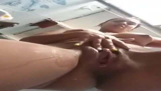 Novinha masturbando buceta até gozar no banho