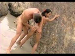 Fudendo a namorada magrinha na praia