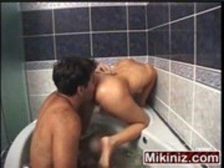 Na banheira do motel bem empinadinha