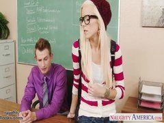 Aluna novinha magra dando pro professor